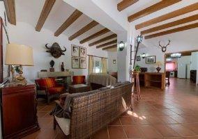 Sala de estar amplia con sillones y chimenea