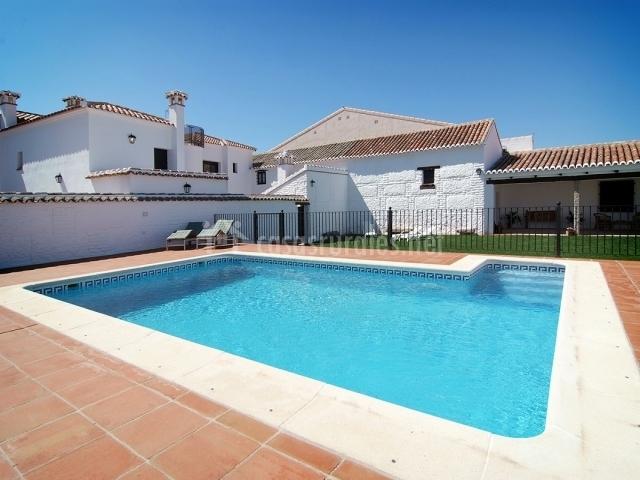 Vista de la piscina y la casa