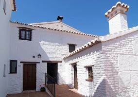 Fachada blanca de la casa