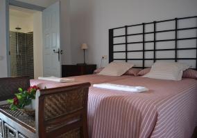 Dormitorio con 2 camas rosadas