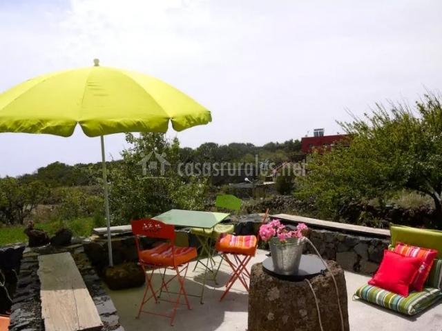 Acceso a la terraza de arriba con sombrilla abierta
