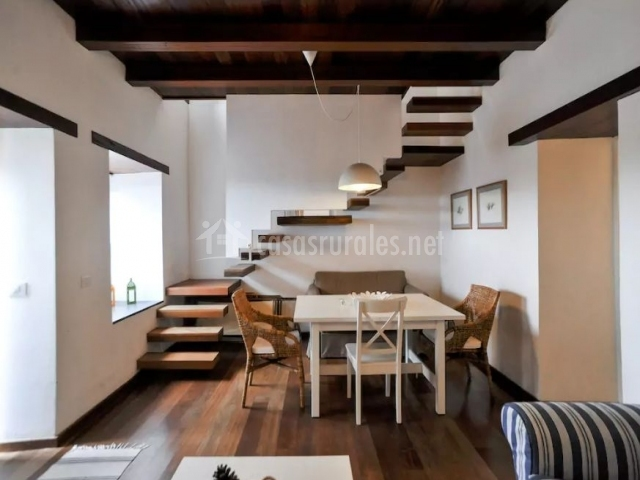 Sala de estar amplia con escaleras