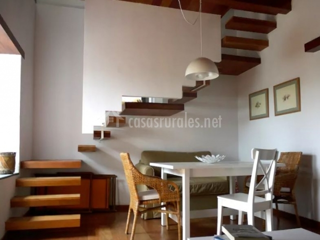 Sala de estar amplia y sillas con mesas