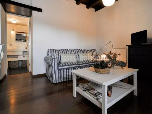 Sala de estar con fundas de rayas en los sillones