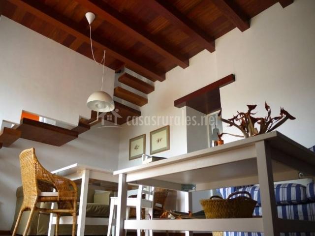 Sala de estar con mesa junto a los sillones tapizados