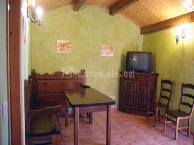 Sala de estar con banco de madera