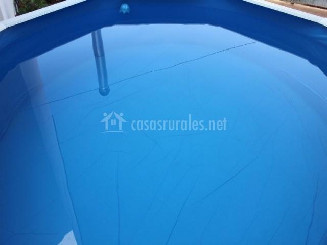 Piscina redonda de la casa con agua
