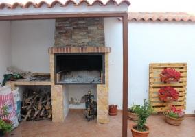 Barbacoa en parte techada y trozos de madera