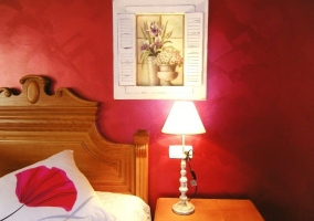 Cuadro en la pared roja del dormitorio de matrimonio