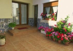 Entrada a la casa con patio y plantas