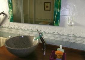Lavabo en forma de cuenco y con grifo en cascada