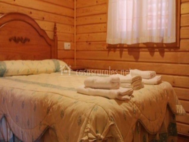 Cama de matrimonio en dormitorio doble
