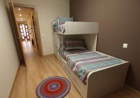 Dormitorio abuhardillado con espejo