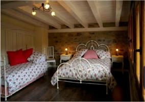 Habitación con cama de matrimonio y sofá-cama de la casa rural