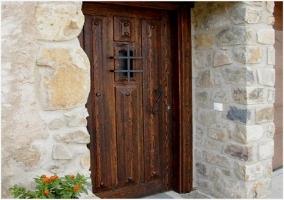 Puerta de madera que da acceso al interior de la casa rural riojana