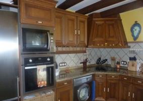 Cocina equipada con muebles