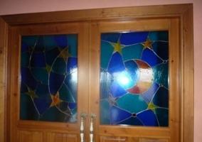 Puerta del salón con vidrieras