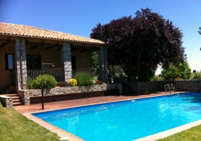 Vista a la piscina y al porche