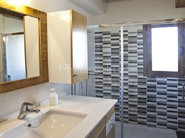 Casa maestroxar en ochagavia navarra for Fotos de cuartos de bano con ducha modernos