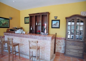 Bar con barra y taburetes