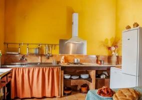 Cocina campera con paredes en amarillo