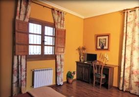 Dormitorio doble con alfombra y escritorio