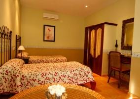 Dormitorio para tres con colchas florales