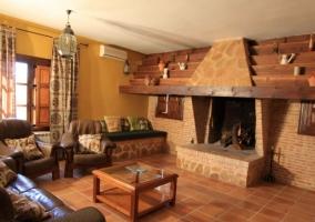 Sala de estar con chimenea frente a los sillones de cuero