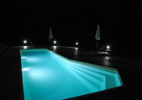 Visión nocturna de la piscina