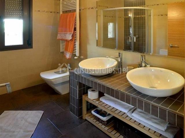 Aseo con espejo grande y dos lavabos