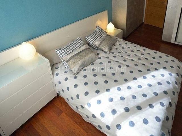 Dormitorio doble con pared azul