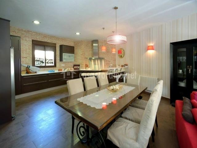 Mesa grande de comedor y cocina amplia