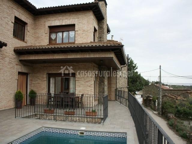 Patio exterior con muebles y piscina