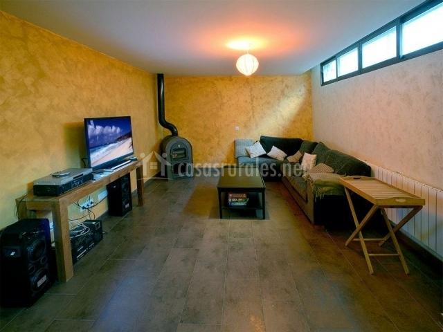 Sala de estar con televisor y equipo musical