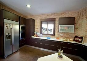 Cocina con nevera de dos puertas y microondas
