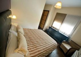 Dormitorio con butaca y mueble negro