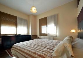 Dormitorio con cama doble y mueble negro