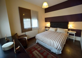 Dormitorio de matrimonio con butaca