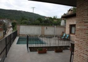 Patio exterior de la casa con piscina