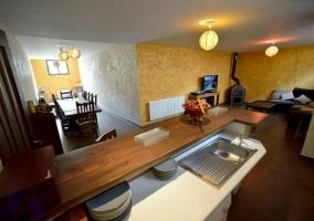 Sala principal con cocina abierta y zona de estar