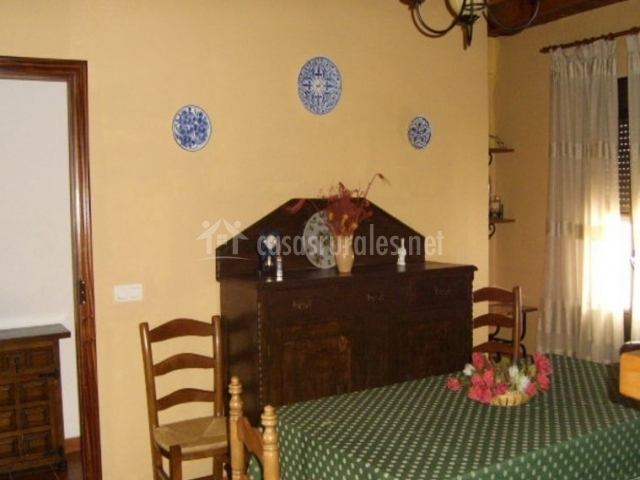Comedor de la casa con detalles de madera y varias sillas