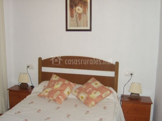 Dormitorio de matrimonio con mesillas de madera