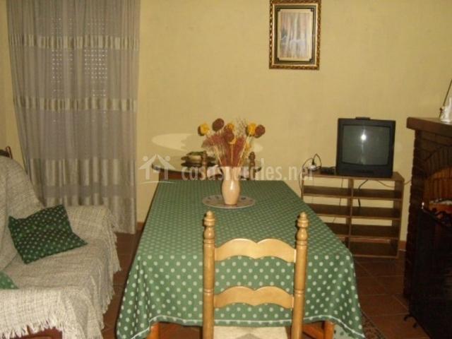 Sala de estar con la chimenea y una mesa