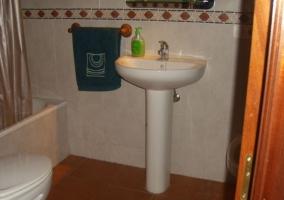 Aseo de la casa con bañera y juegos de toallas