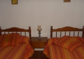 Dormitorio doble con colchas en colores tierra