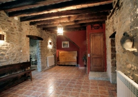 Entrada a la casa con bancos de madera