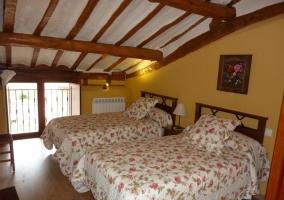 Habitación con dos camas individuales con ventana