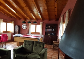 Gran salón con chimenea