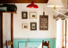 Restaurante con mesas de madera