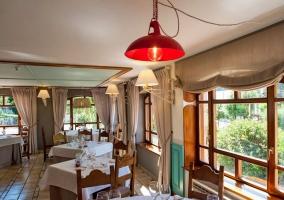 Restaurante con mesas y ventana
